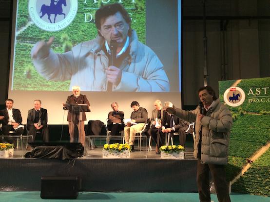 """Una foto dell'incontro sui """"Sorì"""" ospitato nel palazzetto dello sport di S. Stefano Belbo."""